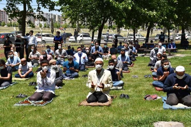 Diyarbakırlılar, temizlenen parklarda Cuma namazını kıldı