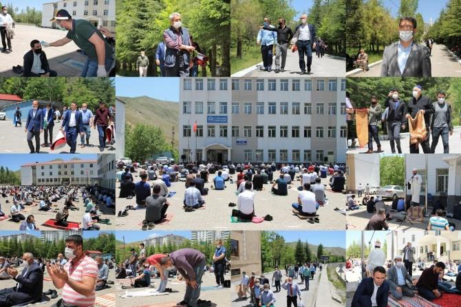 Bitlis'te 65 yaş üstü ve 18 yaş altı vatandaşların olmadığı ilk cuma namazı kılındı