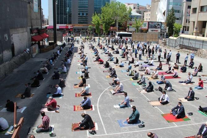 Van'da Cuma namazı sosyal mesafeye uyularak kılındı