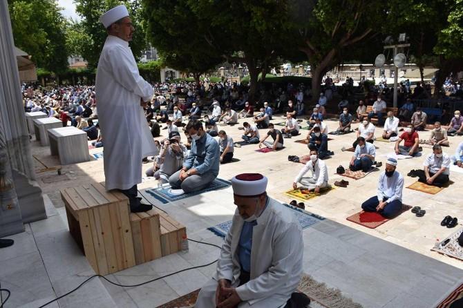 Adana'nın cami ve alanlarında cuma namazı coşkusu yaşandı