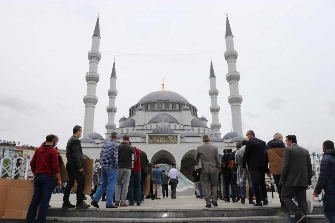 Ankaralılar sosyal mesafeye uyarak Cuma namazlarını eda etti