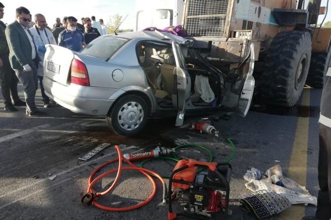 Ahlat'ta otomobil iş makinesinin altına girdi: 1 ölü