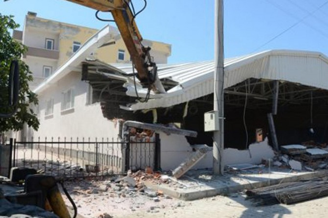 Antalya'da kaçak yapıların yıkımına devam ediliyor