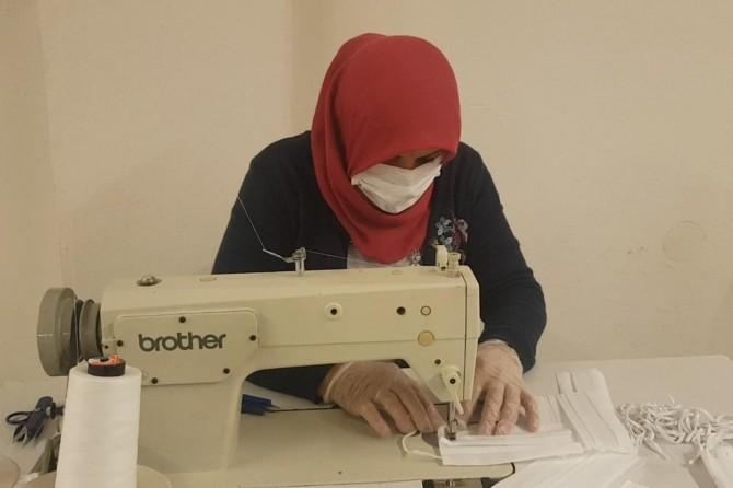 Batmanlı kadınlar gündüz tarlada çalışıp akşam maske üretiyor