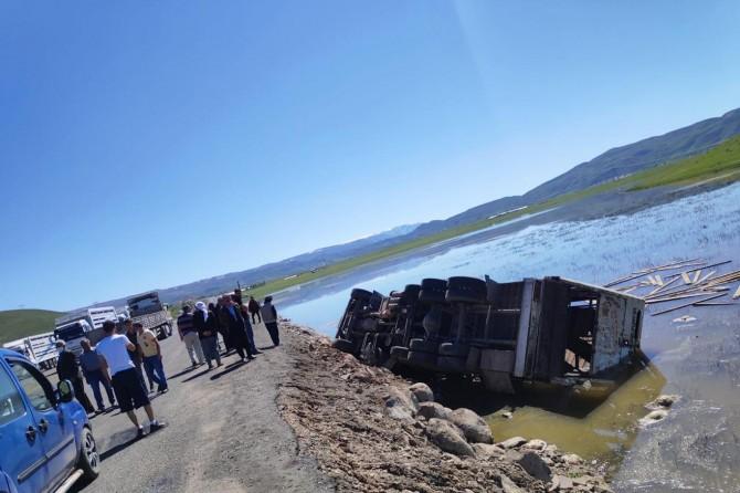 Gölette devrilen kamyondaki 100 koyun telef oldu