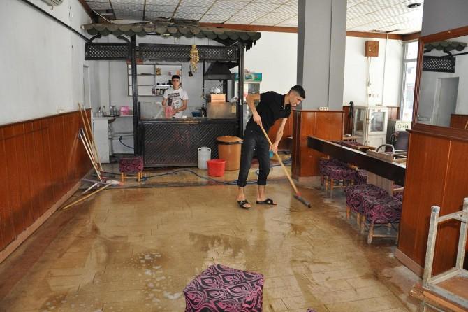 Yarın açılacak iş yerlerinde temizlik yapılıyor