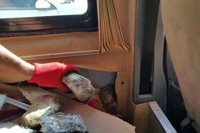 Van'da bir minibüste gizlenmiş 55 kilogram afyon sakızı ele geçirildi
