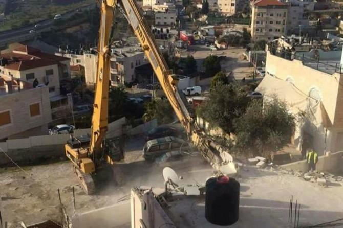 İşgalci Siyonistler Filistinlilere ait inşaat halindeki iş yerlerini yıkmaya devam ediyor