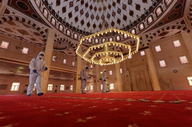 Öğlen ve ikindi namazlarının cemaatle kılındığı camiler dezenfekte ediliyor