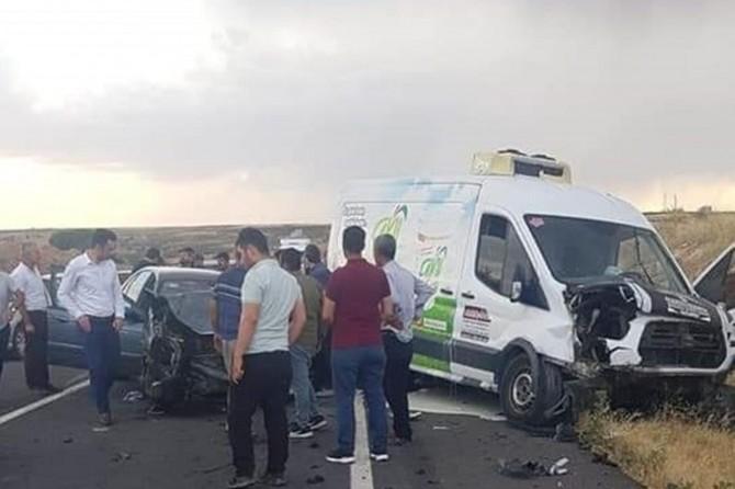 Şanlıurfa-Gaziantep Karayolu'nda minibüs ile otomobil çarpıştı: 5 yaralı