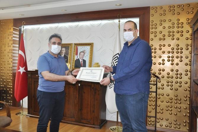 Artuklu Üniversitesi Coronavirus test laboratuvarını kuran akademisyenlere plaket verdi