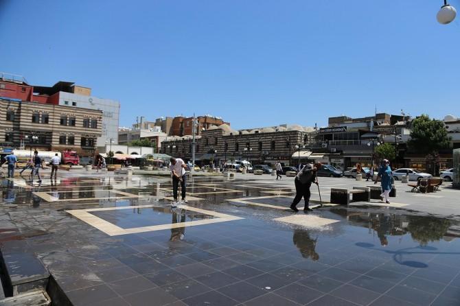 Diyarbakır'da cuma namazı öncesi namaz kılınacak alanlar temizlendi