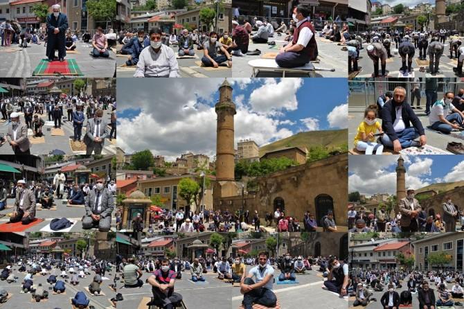 Bitlis Ulu Camii'nde 2'nci kez sosyal mesafeli cuma namazı kılındı