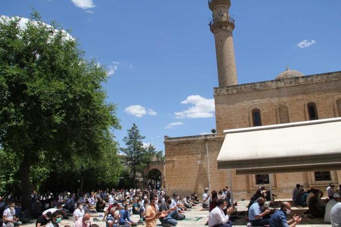 Midyat'taki tarihi camide ikinci kez sosyal mesafeli Cuma namazı eda edildi
