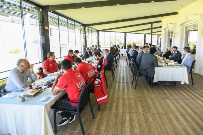 Van Valisi Bilmez sağlık çalışanlarıyla kahvaltıda bir araya geldi