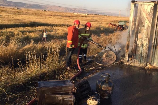 Kızıltepe-Viranşehir yolunda kaza yaparak devrilen kamyonet alev aldı, 2 kişi yaralandı