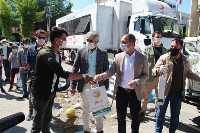 Dünya Çevre Gününde Van'da ilginç atıklar sergilenerek halka fidan dağıtıldı