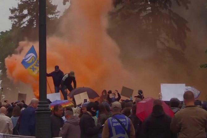 Ukrayna İçişleri Bakanının istifasını isteyen protestocular parlamento önünde eylem yaptı
