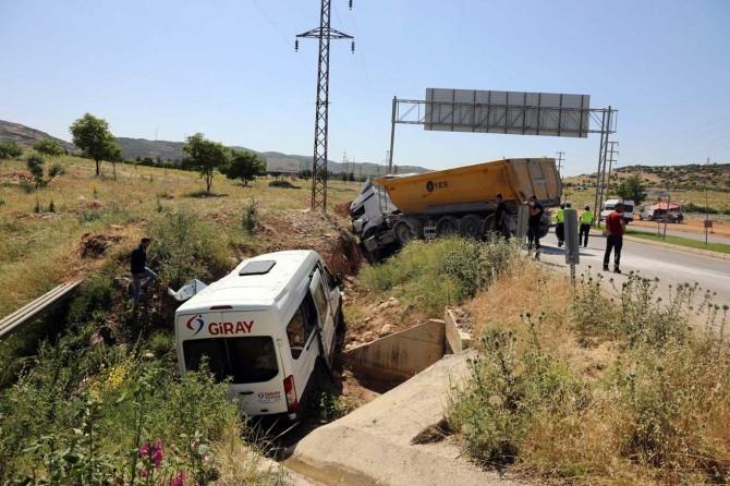 Gaziantep'te işçi servisi ile kamyon çarpıştı 3 kişi yaralandı