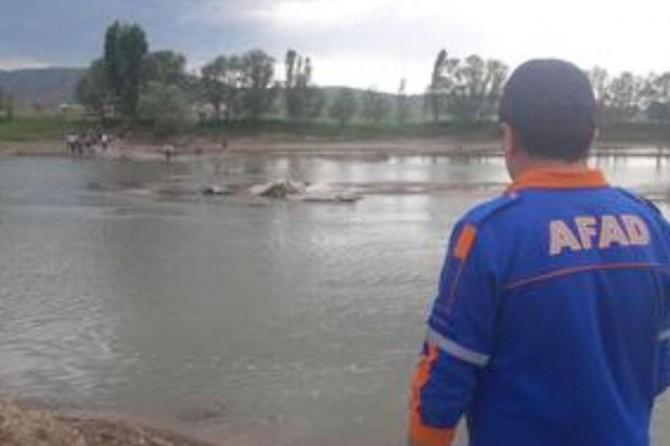 Sivas'ta 3'ü çocuk 4 kişi serinlemek için girdikleri Kızılırmak'ta kayboldu