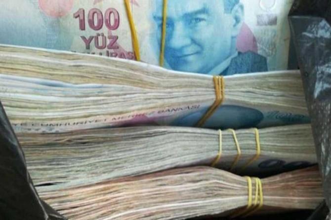 Dolandırdıkları kadının parasını bankadan çekerken suçüstü yakalandılar