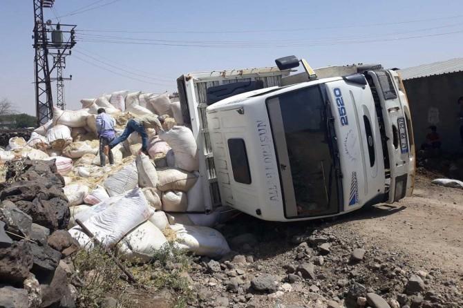 Derik'te saman yüklü kamyon devrildi