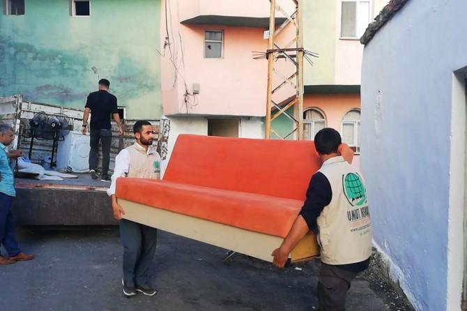 Umut Kervanı Silvan'da Suriyeli ailenin evini onarıp ev eşyası yardımında bulundu