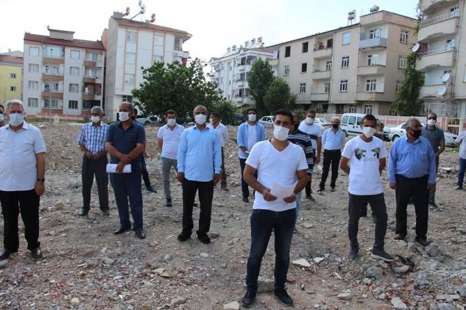 Depremde zarar gören mahalle sakinleri, mağduriyetleri için yetkililere seslendi