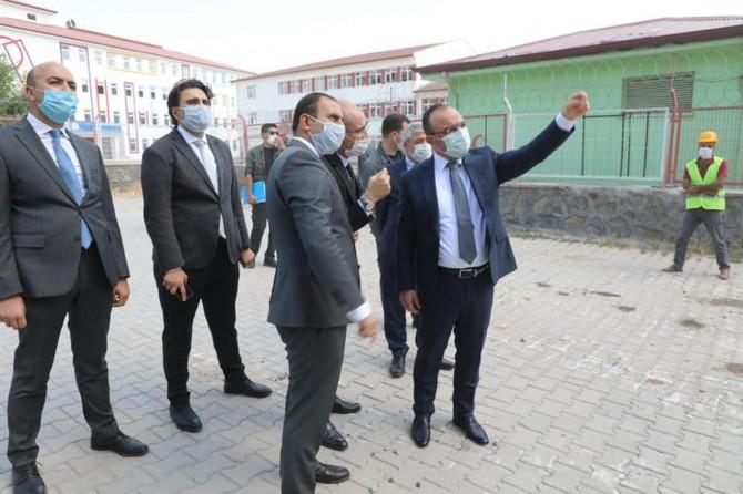 Elâzığ Valisi, hasar gören binaların yıkım işlemlerini yerinde inceledi