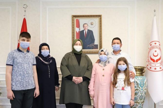 Aile Bakanı Selçuk görme engelli hafız Ravzanur ile ailesini ağırladı