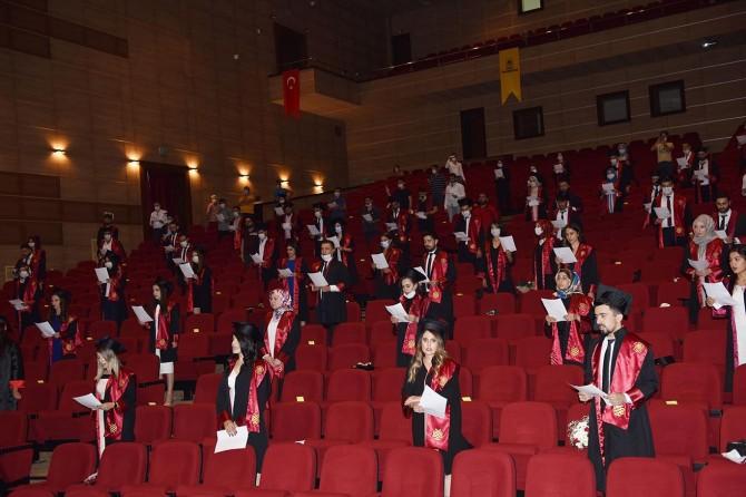 Dicle Üniversitesi Tıp Fakültesi Öğrencilerinden sosyal mesafeli mezuniyet töreni