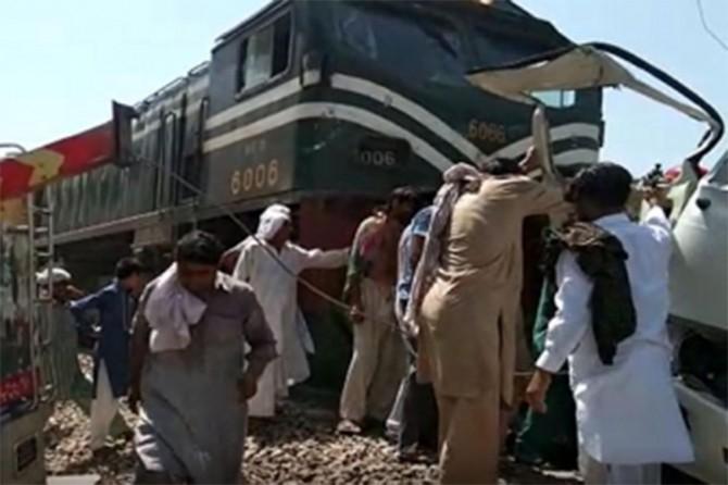 Pakistan'daki tren kazasında ölenlerin sayısı 22'ye yükseldi
