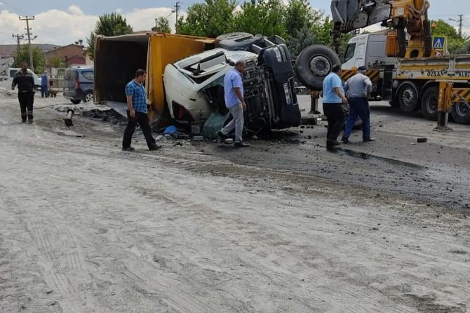 Yeşilyurt'ta freni boşalan kamyon ortalığı birbirine kattı