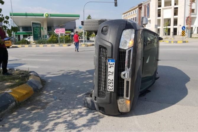 Van Tuşba'da hızını alamayan araç kaldırıma çarparak yan yattı