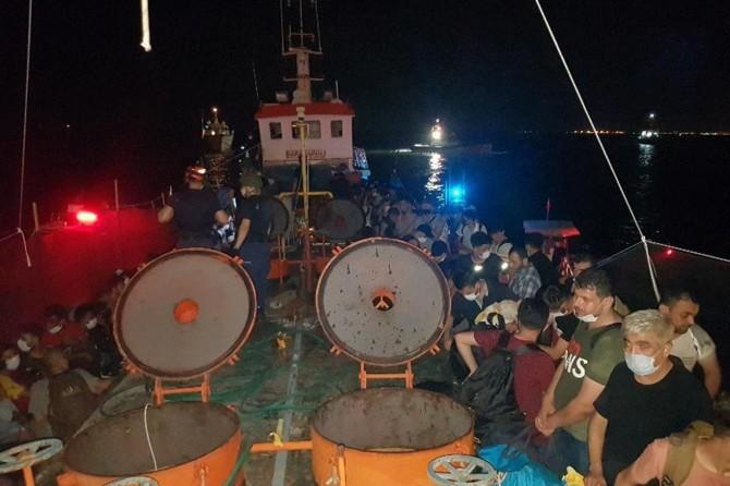 İzmir'de bir gemide 276 göçmen ve 8 organizatör yakalandı