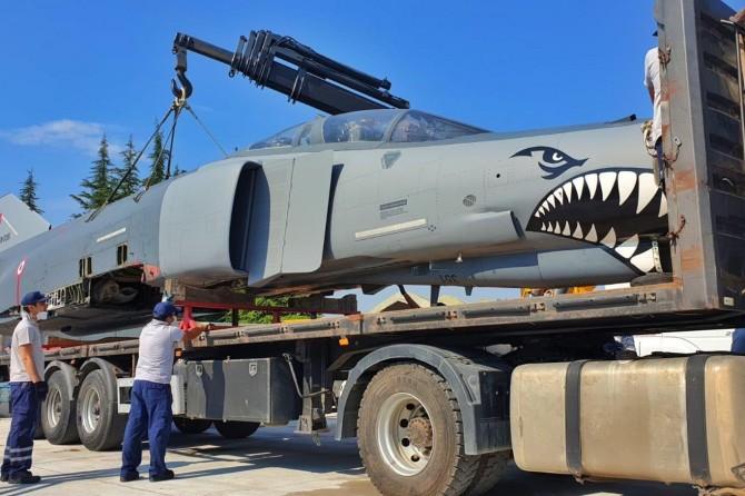 Hizmet dışı bir F-4E uçağı, eğitim faaliyeti için liseye hibe edildi