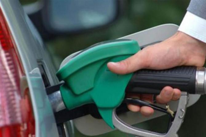 Benzinin litre fiyatına bu gece yarısından geçerli olmak üzere 10 kuruş zam yapıldı