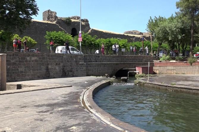 Çocuklar, Anzele suyuna girmesin diye polis nöbet tutuyor