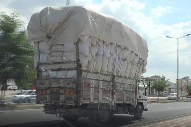 Diyarbakır'da aşırı saman yüklü kamyonlar kazalara davetiye çıkarıyor