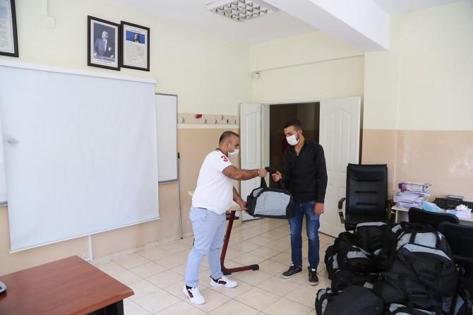 Gaziantep'te askere gidenlere ihtiyaç çantası dağıtıldı