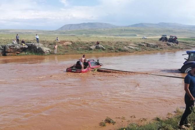 Bitlis'te aracıyla birlikte sel sularına kapılan vatandaşı AFAD kurtardı
