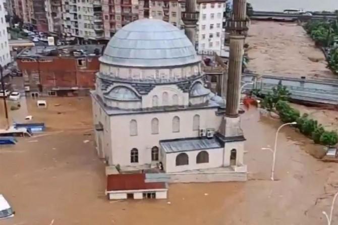 Çayeli'nde dere taştı ev ve araçlar sular altında kaldı
