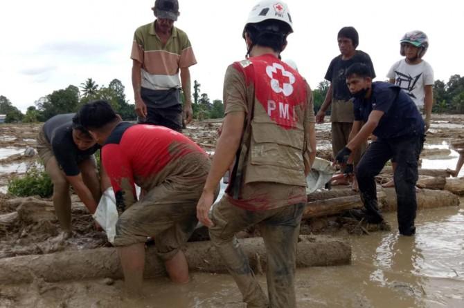 Endonezya'da sel: 15 ölü 40'ı aşkın kayıp