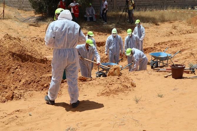 Libya'daki toplu mezarlardan cesetler çıkarılmaya devam ediyor