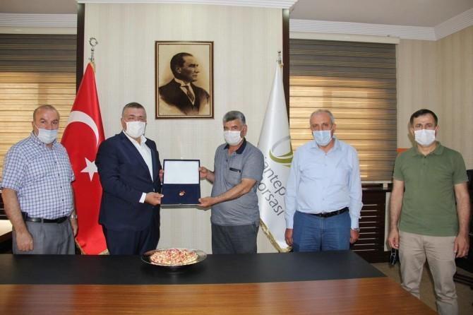 Gaziantep'te yılın ilk Antep fıstığını hasat eden çiftçi altın ile ödüllendirildi