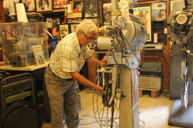 """Eski makinistin """"sinema evi"""" ziyaretçileri geçmişe götürüyor"""