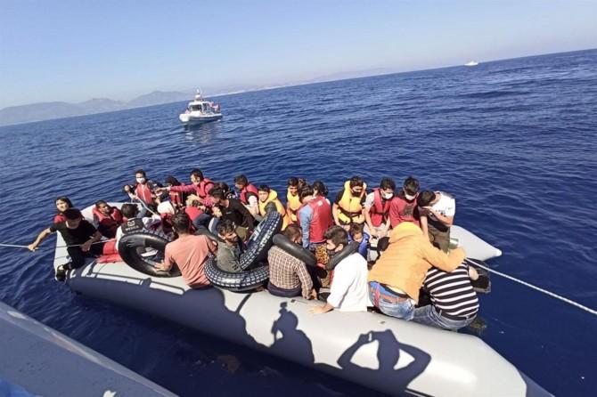 İzmir açıklarında 44 düzensiz göçmen kurtarıldı