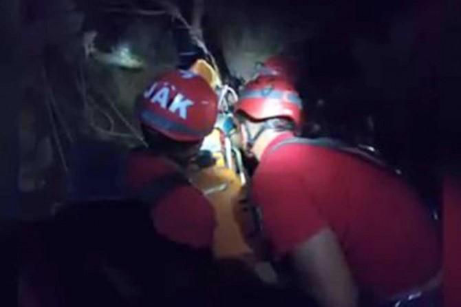 Kayalıklardan düşerek yaralanan turistler uzun uğraşlarla kurtarıldı
