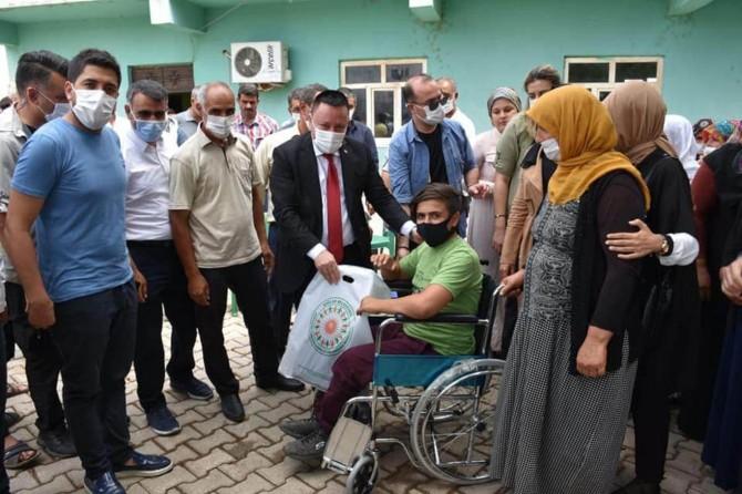 Bağlar Belediye Başkanı Beyoğlu, engelli çocuğa tekerlekli sandalye hediye etti