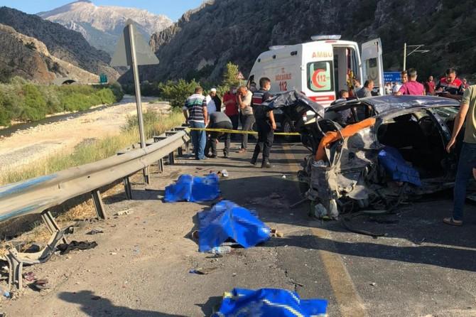 Pozantı'da otomobil ile kamyonetin çarpışması sonucu 4 kişi hayatını kaybetti